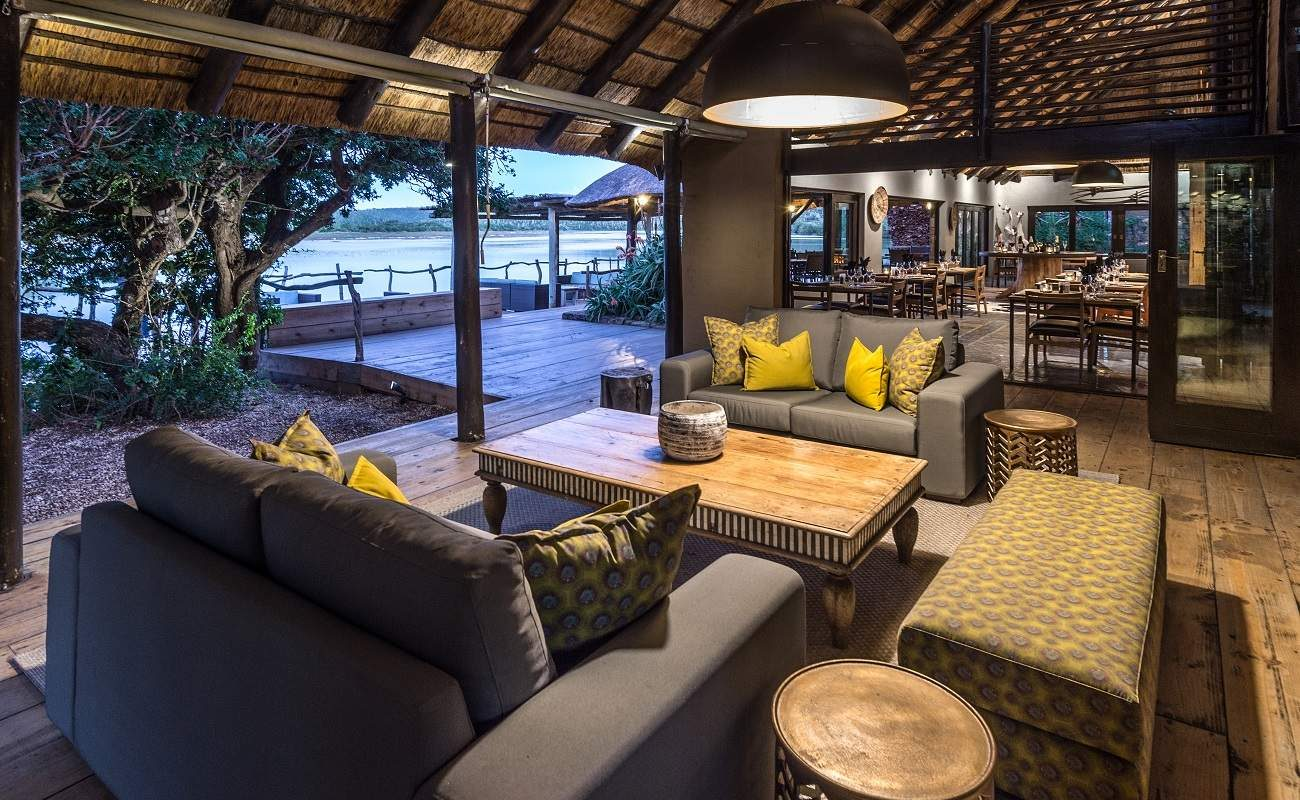 Lounge, Veranda und Pool der Kariega River Lodge