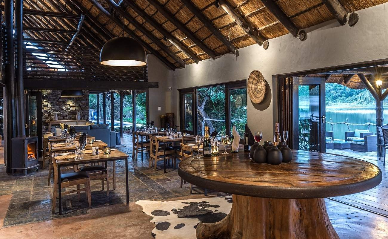 Speisezimmer der Luxuslodge im Ostkap von Südafrika
