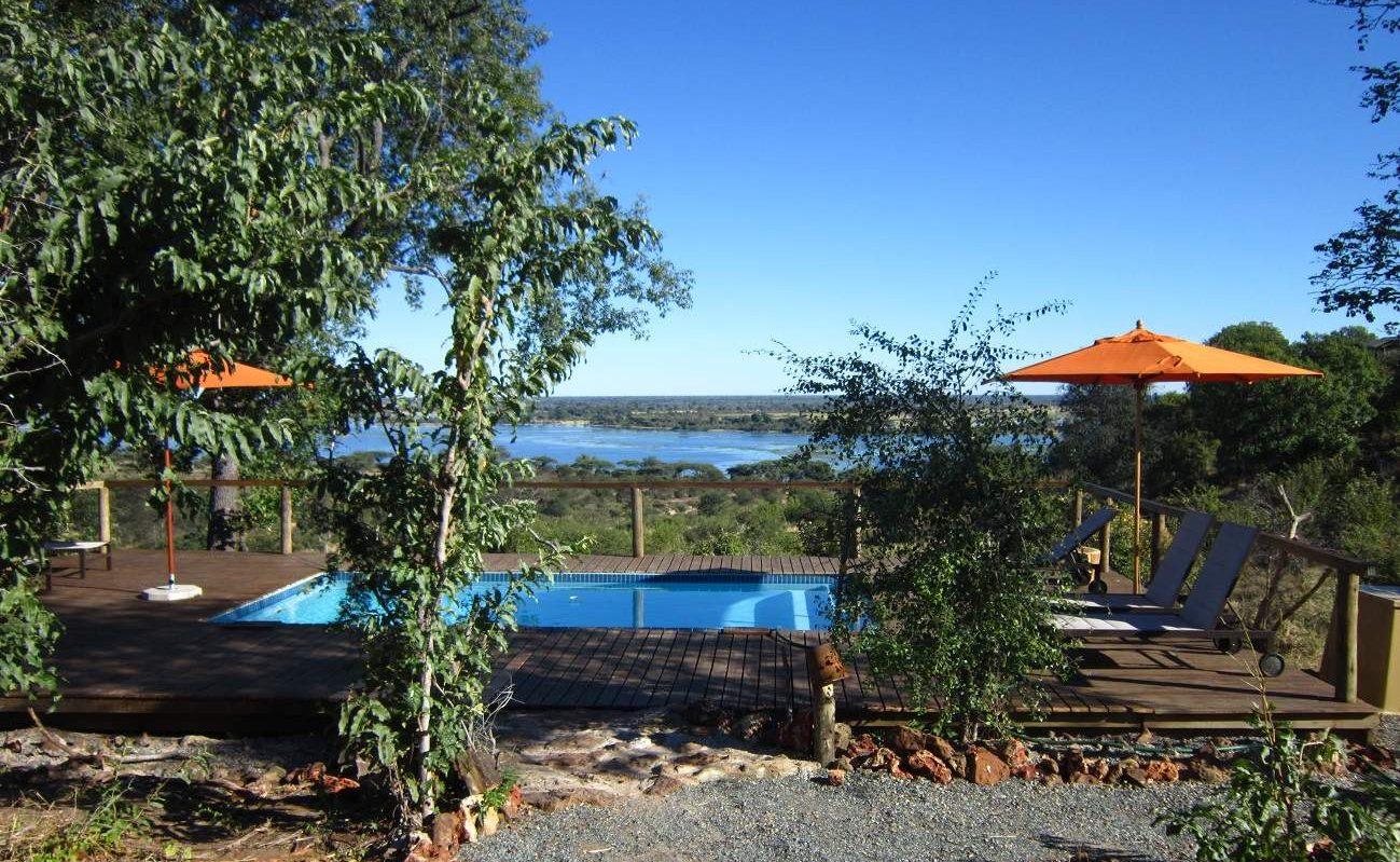 Pool mit Blick auf den Chobe River im Chobe Elephant Camp