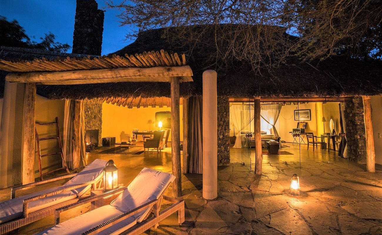 Blick über die Veranda in einer der Luxussuiten der Lodge in den Chyulu Hills