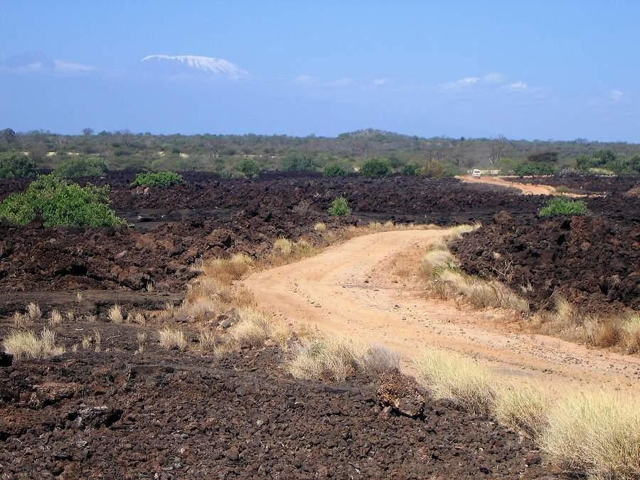 Shetani Lava vor der Kulissedes Kilimanajaro