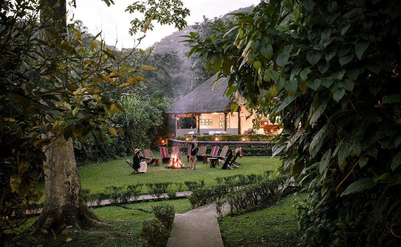 Das Haupthaus des Sanctuary Gorilla Forest Camp in Uganda