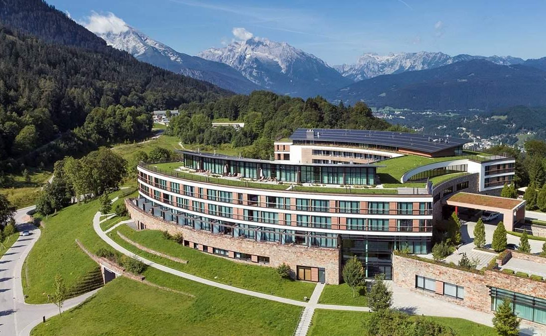 Kempinski Hotel Berchtesgaden mit den Alpen im Hintergrund