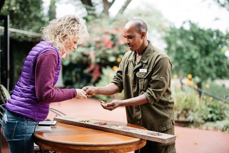 Anja Hanke im Gespräch in Tansania