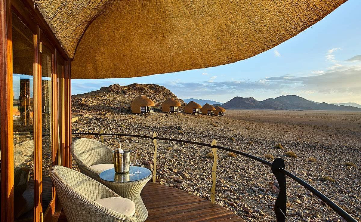 Auf der Veranda eines Chalets in der Desert Hills Lodge