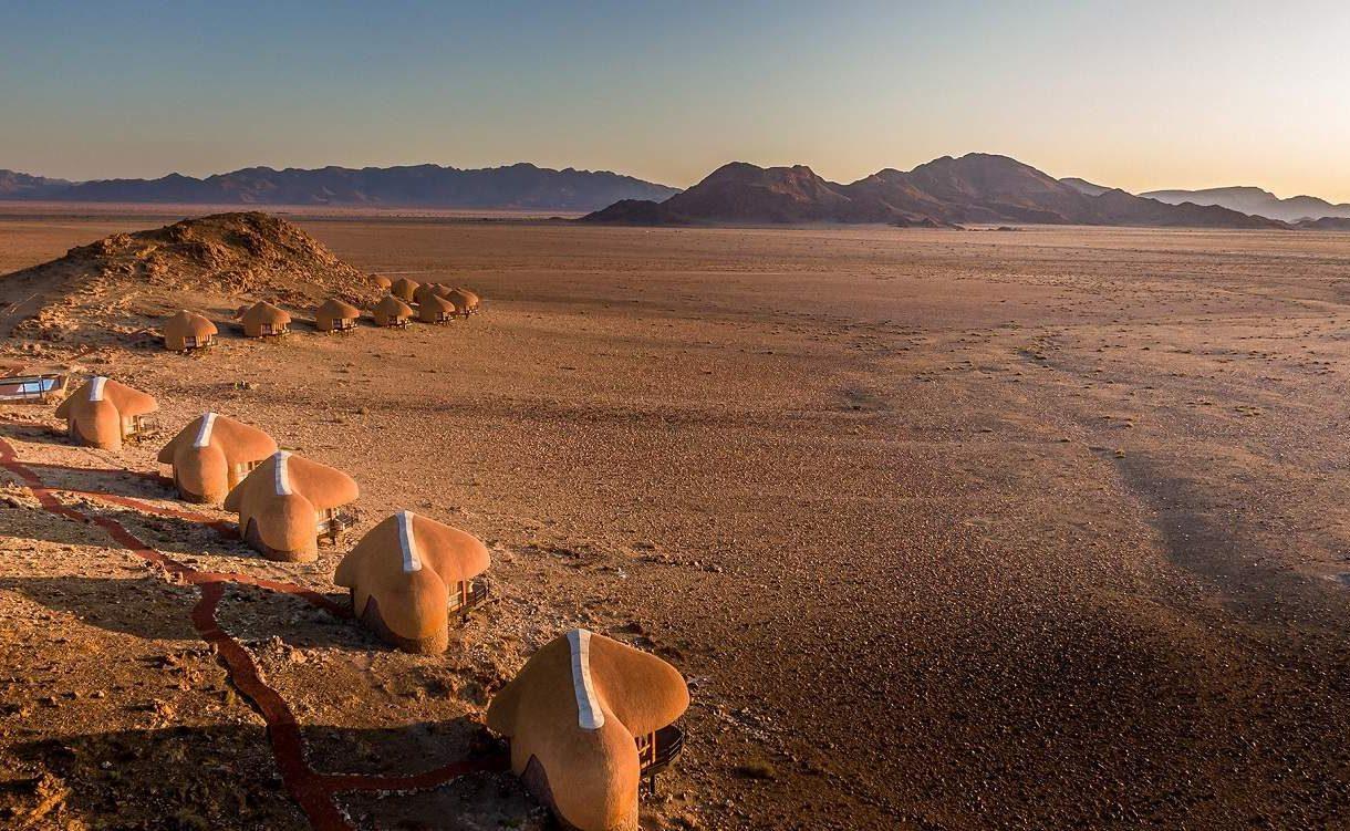 Die Chalets fügen sich in die Landschaft der Namib Wüste ein