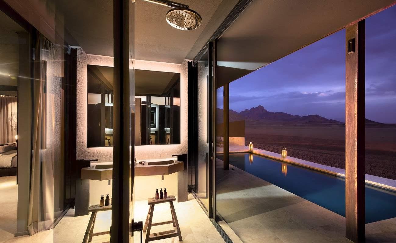 Außendusche einer Suite in der Sossusvlei Desert Lodge