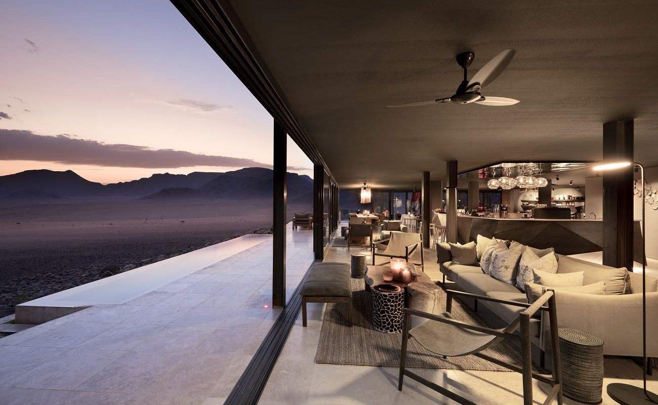 Auf der Veranda des Haupthauses der Sossusvlei Desert Lodge
