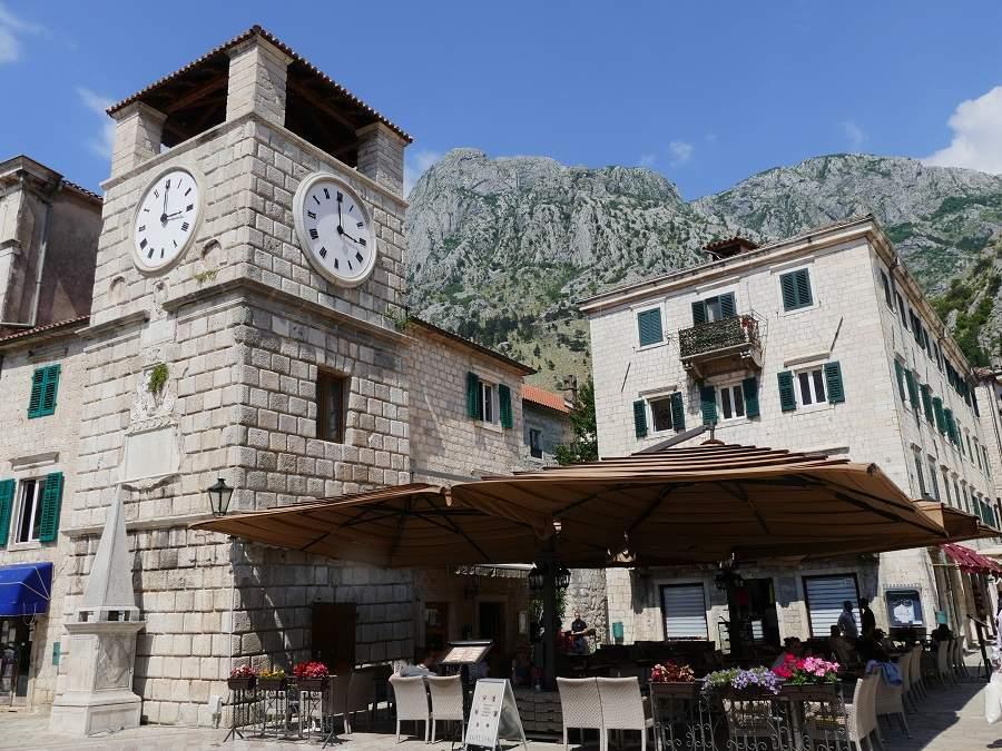 Uhrturm und Hauptplatz in Kotor
