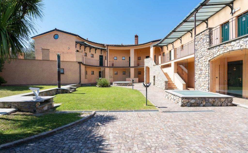 Geschwungenes Haupthaus des kleinen Luxushotels in Ligurien