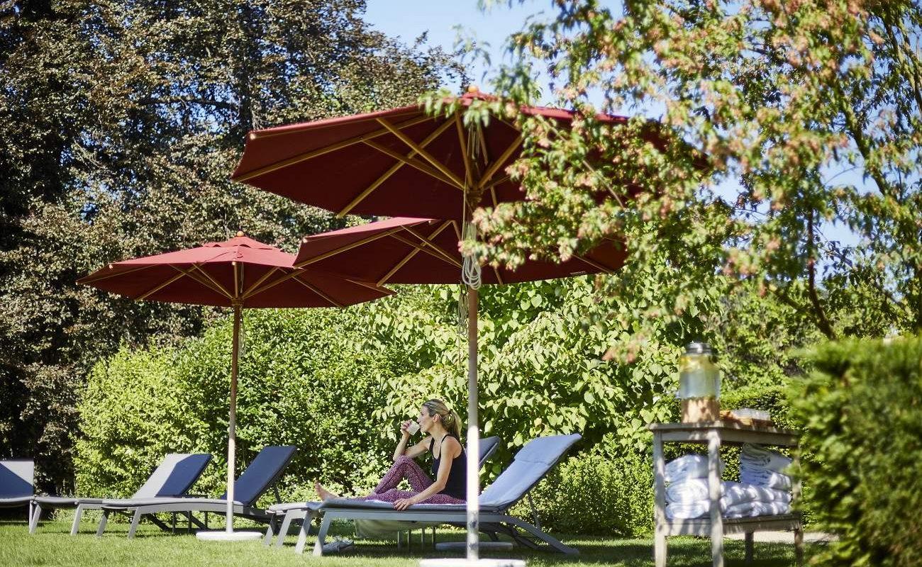 Entspannung im Park des Brennes Parkhotels