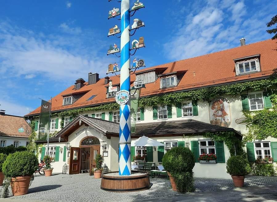 Eingang zum Brauereigasthof Hotel Ayinger