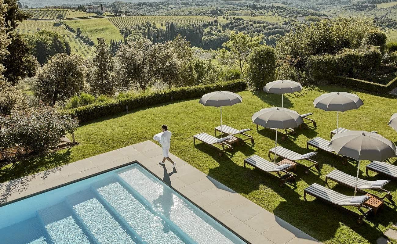 Pool im Garten des Luxushotels in der Toskana